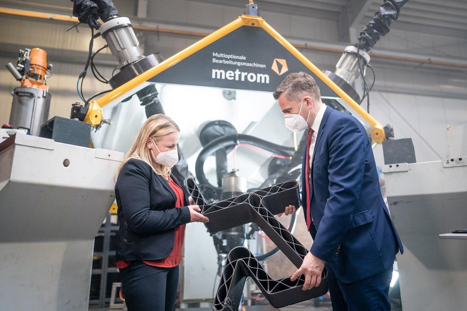 Schnell gedrucktes Bauteil: Geschäftsführerin Susanne Witt und Wirtschaftsminister Martin Dulig halten ein Produkt aus dem 3D-Kunststoffdrucker. Metrom in Hartmannsdorf hat mit Fraunhofer-Hilfe verschiedene Werkzeuge für die Herstellung kombiniert.