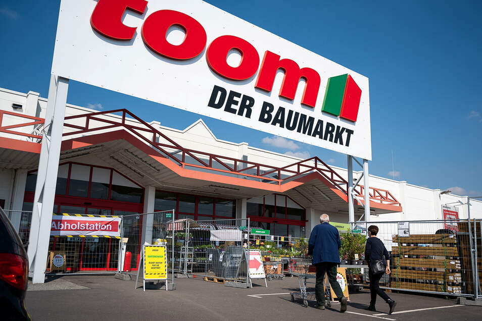 Der Toom-Markt in Görlitz am Mittwoch: Kunden auf dem Weg ins Gartenzentrum.