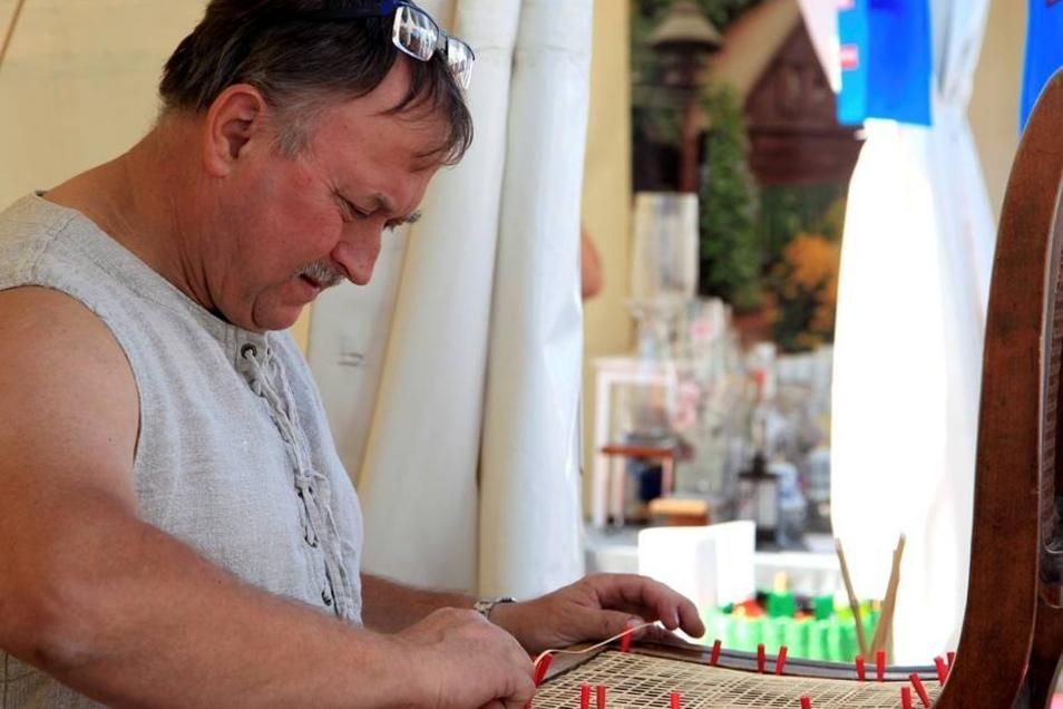 Bauern- und Handwerkermarkt: Stuhlflechter Christoph aus Ruppersdorf.