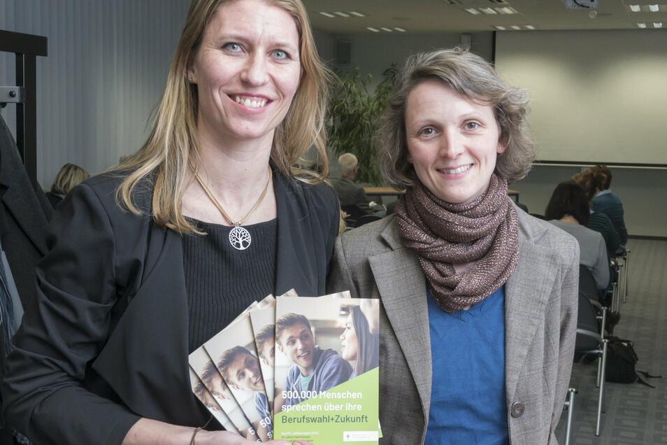 Sie wollen 600 Schüler, 15 Schulen und 30 Unternehmen zusammenbringen: Hella Jurich vom Bildungsanbieter IFT (l.) und die neue Mitarbeiterin für Riesa, Susan Wiede, planen eine zusätzliche Berufsmesse.