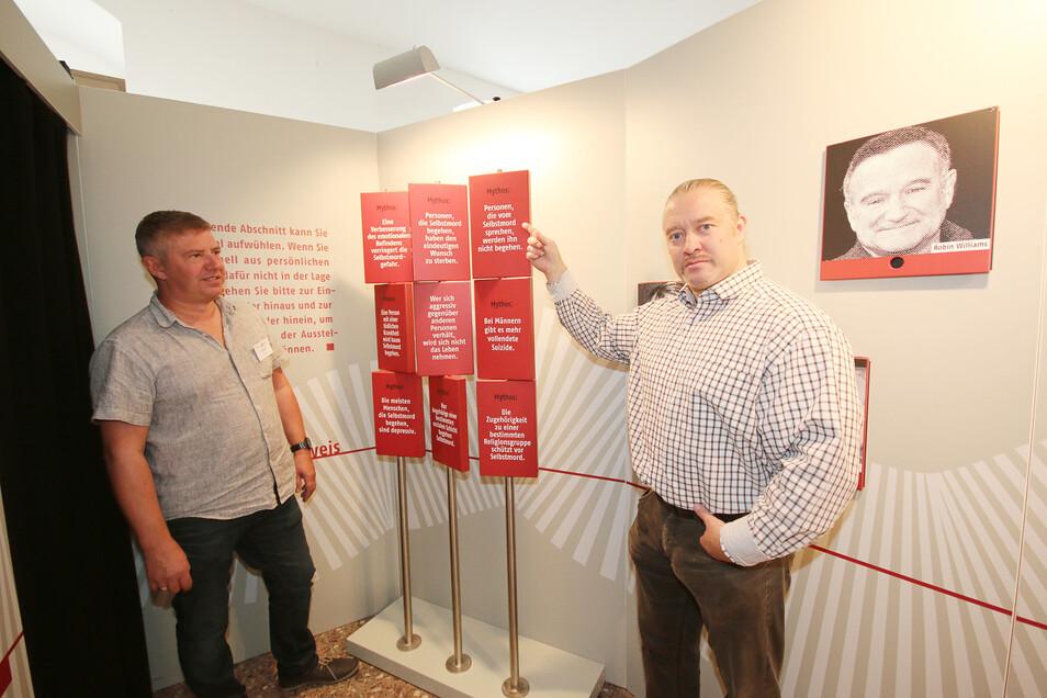 Mit Mythen zum Thema Suizid wird in der Ausstellung aufgeräumt. Das zeigen Stefan Zerm und Jörg Gross von der Landesarbeitsgruppe Suizidprävention.
