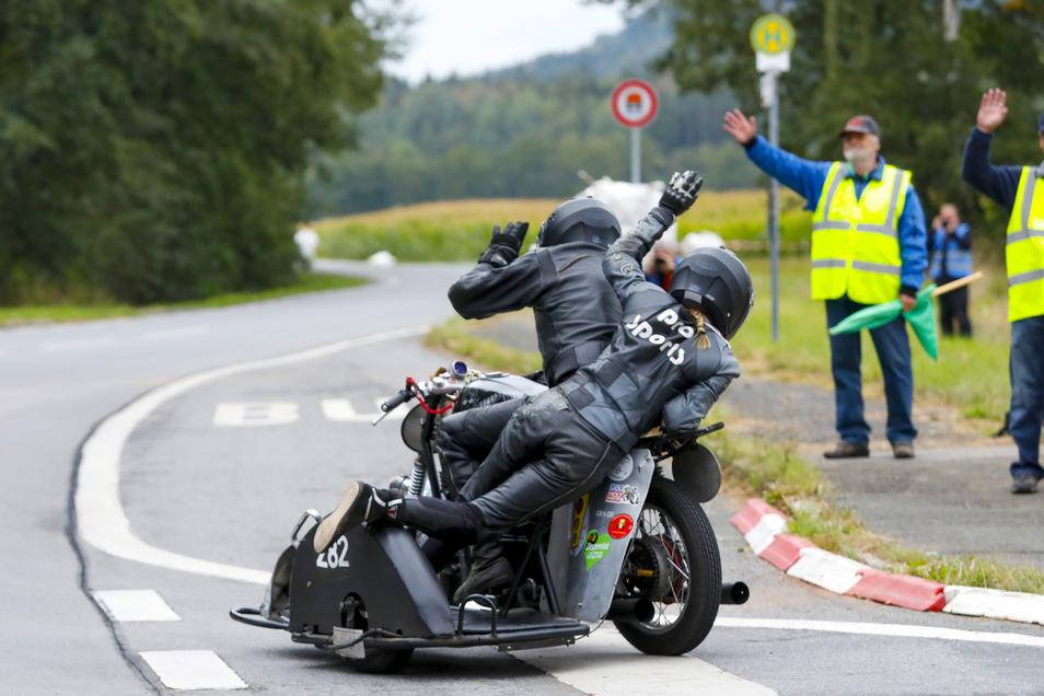 Gruß von der Strecke: Steffen und Sabrina Lehmann aus Lichtenstein im HEB mit 450 ccm winken den Helfern an der Straße.