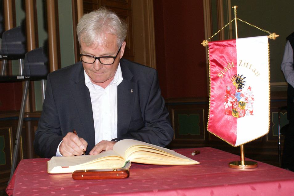 Bernd Großer , bisheriger Zittauer Tierparkdirektor, durfte sich am Donnerstagabend ins Goldene Buch der Stadt Zittau eintragen.