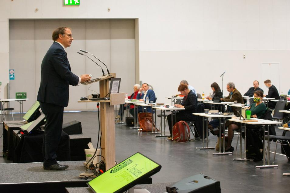 AfD-Politiker Bernd Lommel spircht auf einer Sitzung des Dresdner Stadtrats im Mai 2020, die coronabedingt ins Messegelände verlegt worden war. Derzeit ist Lommel in Quarantäne.