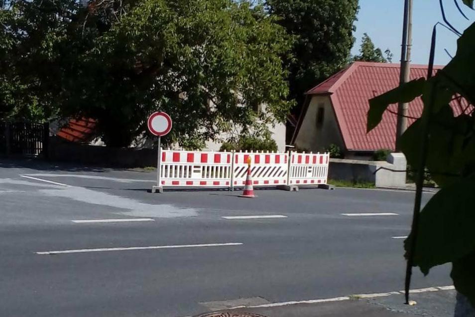 Plötzlich voll gesperrt: Die Sanierung von Rissen in der Straßendecke an der Großraschützer Straße erfolgte ohne Ankündigung.
