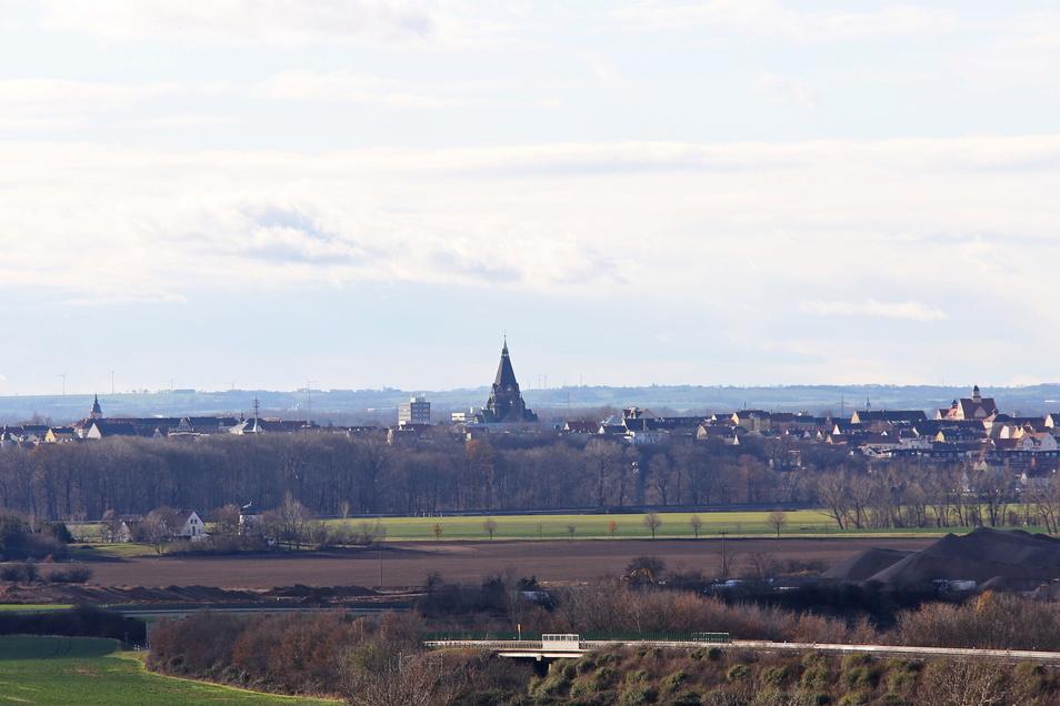 Die Riesaer Trinitatiskirche ist nicht zu übersehen. Hier ein Blick auf die Stadt aus Richtung Gewerbegebiet Zeithain.