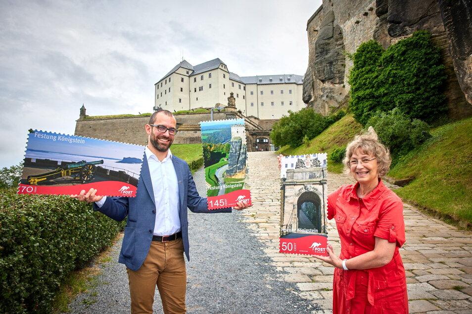 Post Modern-Vertreter Alexander Hesse und Festungschefin Angelika Taube präsentieren die neuen Briefmarken mit Motiven der Festung Königstein.