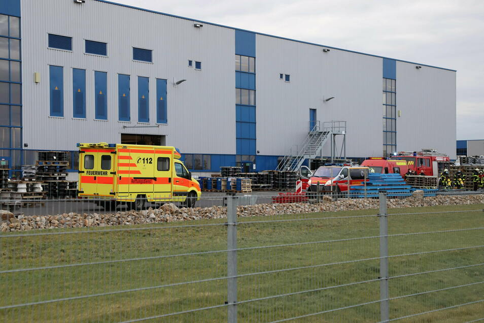 Ein Großaufgebot an Feuerwehren und ein Rettungswagen sind Freitagnachmittag bei Borbet in Kodersdorf unterwegs, um einen Brand zu löschen.