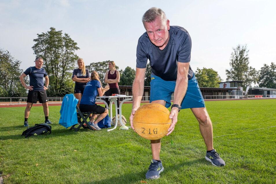 Bernd Michler wählte als eine der Disziplinen für das Sportabzeichen den Medizinball-Weitwurf aus.