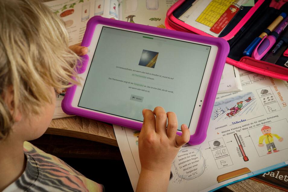 Eine Schülerin arbeitet am Tablet. Diese Technik wird gerade in Corona-Zeiten noch mehr benötigt.