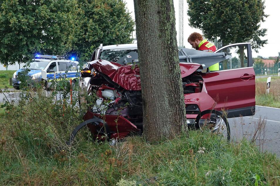 In Weixdorf ist am Sonntagmorgen eine Nissan-Fahrerin mit ihrem Auto gegen einen Baum geprallt.
