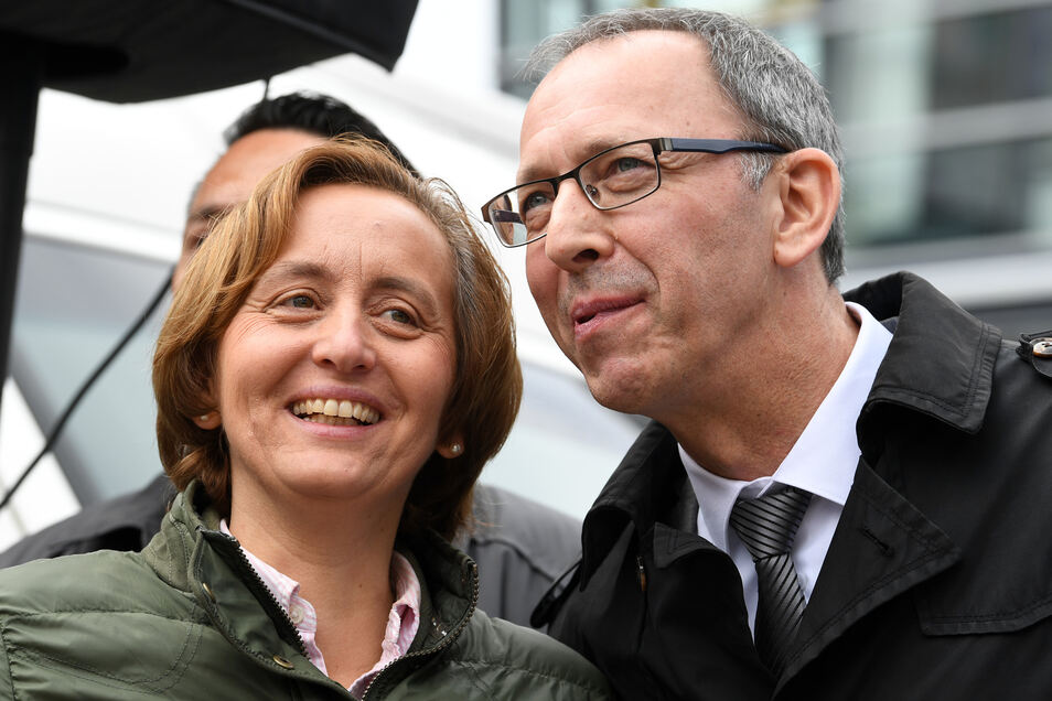 Beatrix von Storch, stellvertretende Fraktionsvorsitzende der AfD im Bundestag, und Sachsens Landeschef Urban unterhalten sich am Rande einer Kundgebung der AfD zum 1. Mai auf dem Marktplatz in Chemnitz.