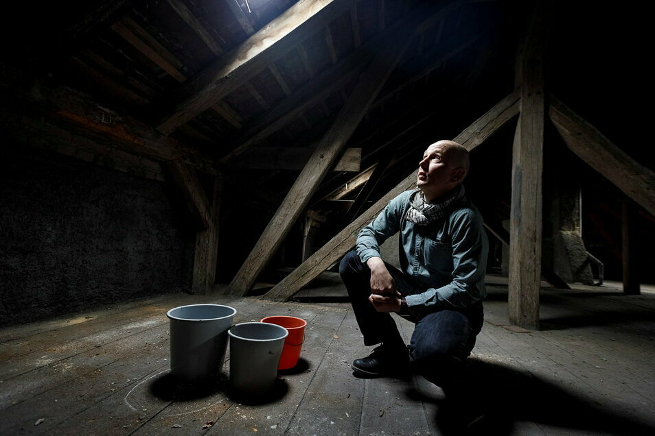 Unterm Dach der Oberschule stehen Eimer - wenn es regnet. Schulleiter Thomas Warkus hofft auf eine Komplettsanierung.
