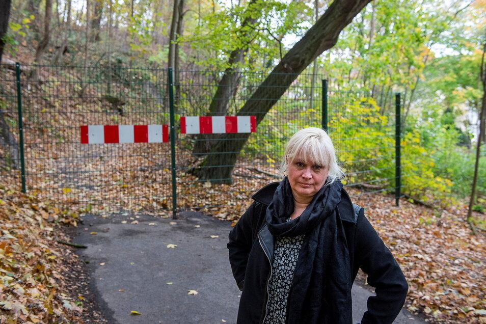 Stadträtin Yvonne Reich im Oktober 2018 vor dem gesperrten Radweg an der Obermühle. Die Lage ist immer noch so.