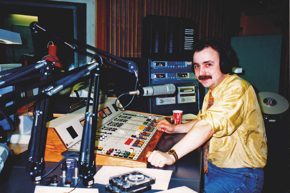 """Jürgen Karney 1992 als Moderator der """"Schrippenshow"""" beim Berliner Rundfunk."""