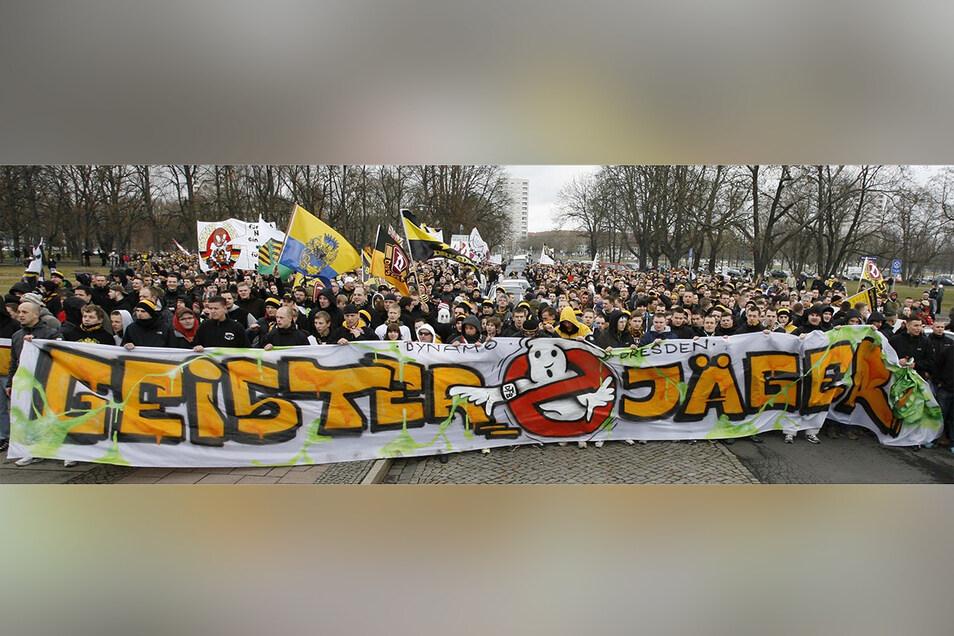 Etwa 3.000 Fans versammelten sich am 11. März 2012 hinter dem Transparent und folgten dem von Dynamos Ultras initiierten Protestmarsch gegen das vom DFB-Sportgericht verhängte Geisterspiel. Die Strafe empfanden damals auch viele als ungerecht, die sonst weniger auf den Verein halten. Archivfoto: Wolfgang Wittchen