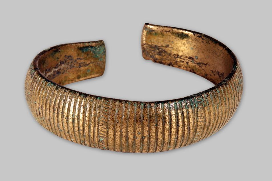 Gerippte Armreifen wie dieser, der in Dresden-Lockwitz gefunden wurde, waren offenbar beliebt. Ein ähnliches Stück fand man am Pfaffenstein.