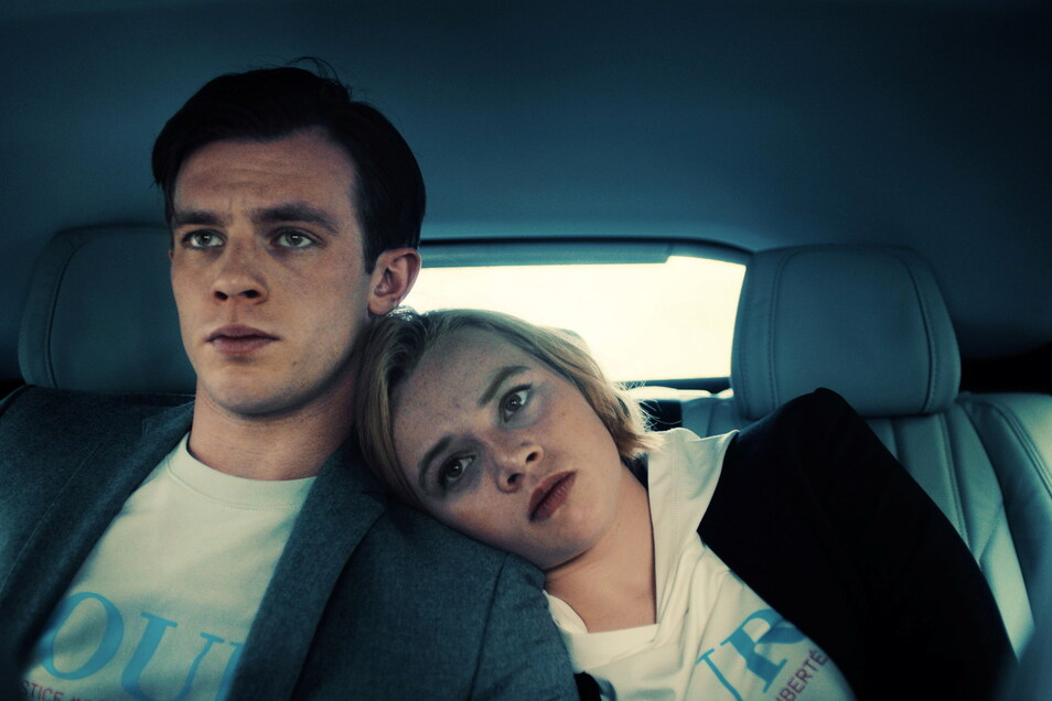 """Maxi (Luna Wedler) verliebt sich in Karl (Jannis Niewöhner), den Attentäter, der ihre Mutter und Brüder tötete. Die beiden jungen Schauspieler wachsen in """"Je suis Karl"""" förmlich über sich hinaus."""