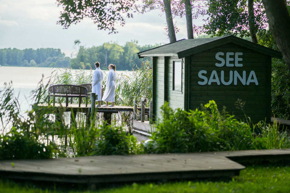 Die schwimmende See-Sauna bietet das Highlight, aber auch im Wellnessbereich mit Schwimmbad, Ruheraum, Whirlpool, Dampfbad und Sauna lässt es sich wunderbar entspannen.