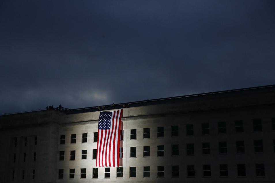 Vor dem Pentagon wird im Morgengrauen des Gedenktages zu Terroranschläge vom 11. September 2001 die US-Flagge gehisst.