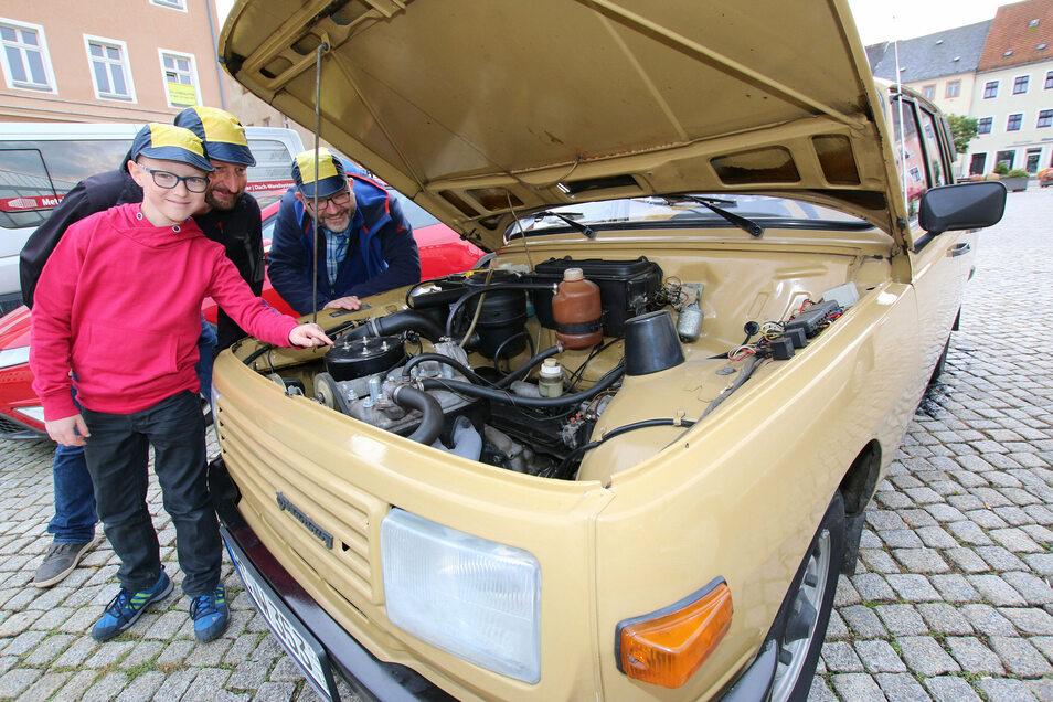 Der jüngste Teilnehmer der Rallye ist Pit Gulmann, der zwar nicht selbst fährt, aber die Teamkollegen Jan Pönitz und Matthias Sieber-Leuzeit (rechts im Bild) . Pit soll die Streckenaufgaben lösen.