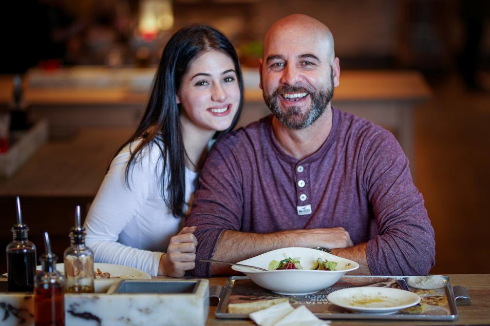 Vater und Tochter: Eislöwen-Trainer Rico Rossi und Nicole genießen den Abend im Vapiano am Dresdner Neumarkt bei Limonade, Pizza und Salat.