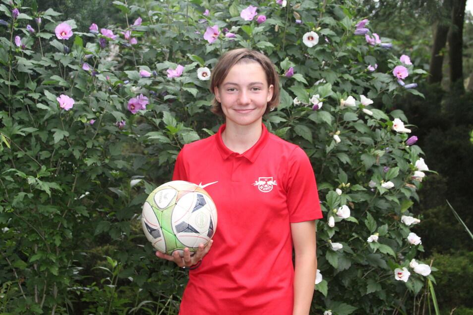 Nachwuchsfußballerin Tessa Zimmermann aus Frankenthal hat immer einen Ball dabei.