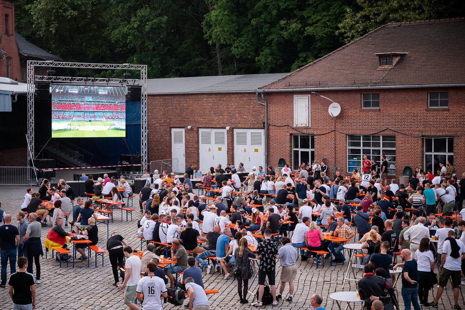 Auch die Fußball-EM zog im Sommer so einige in den Hof der Landskron Brauerei - zum Public Viewing - wie hier am 15. Juni, als Deutschland gegen Frankreich spielte.