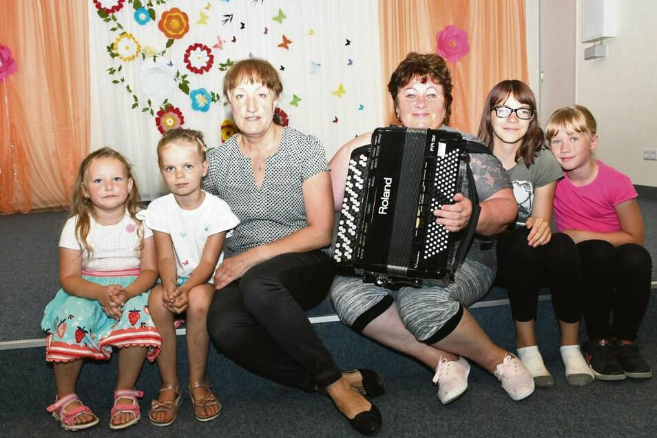 Lisabeth, Lia, Alwina Sokolowski (Chor- und Vereinsleiterin von Kalinka), Katharina Schlegel (Leiterin der Kindergruppe Malinka), Romy und Sofia (von Links).