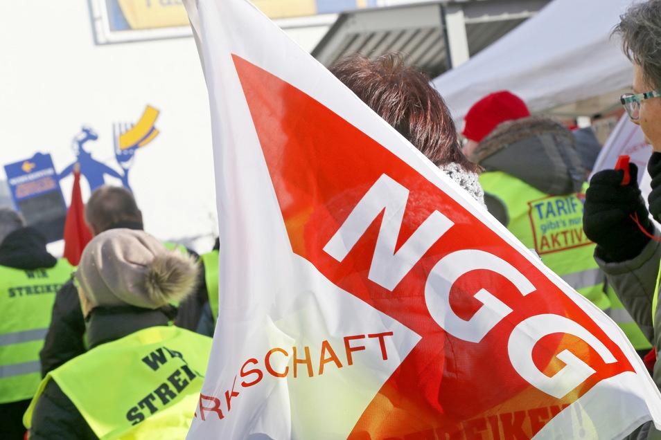 2018 streikten die NGG-Mitglieder noch vor dem Werkgelände der Teigwaren, um bessere Arbeitsbedingungen durchzusetzen. Nun fordert die Gewerkschaft ein Ende der Marktmacht im Lebensmittelhandel.