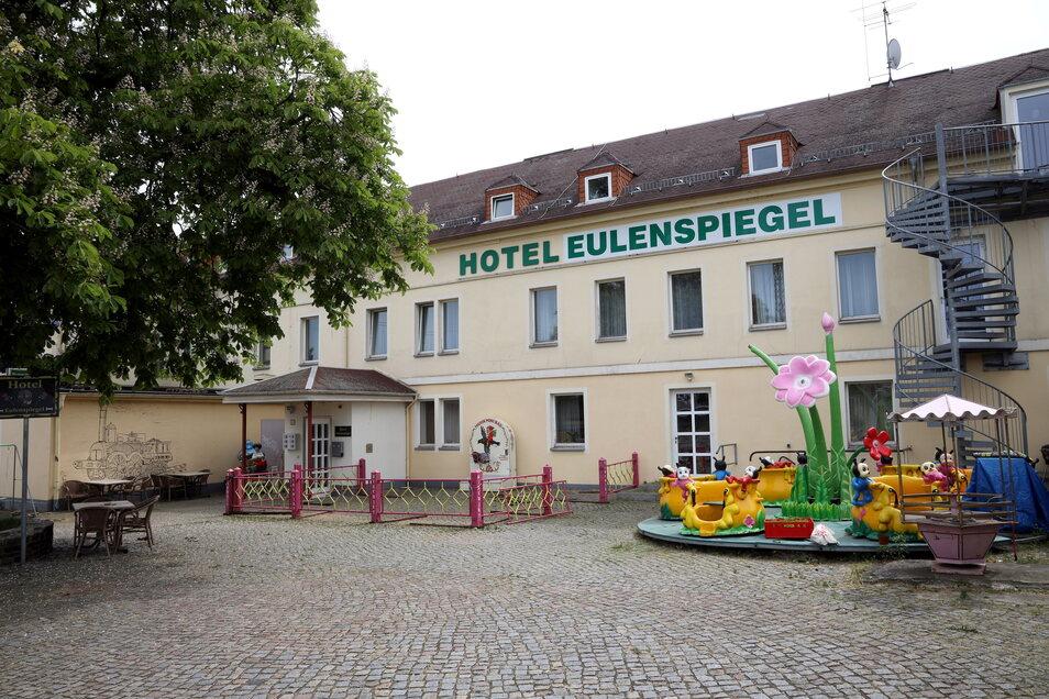 Das Hotel Eulenspiegel liegt in Sichtweite des Riesaer Bahnhofs. Platz für einen Biergarten wäre dort auf jeden Fall.