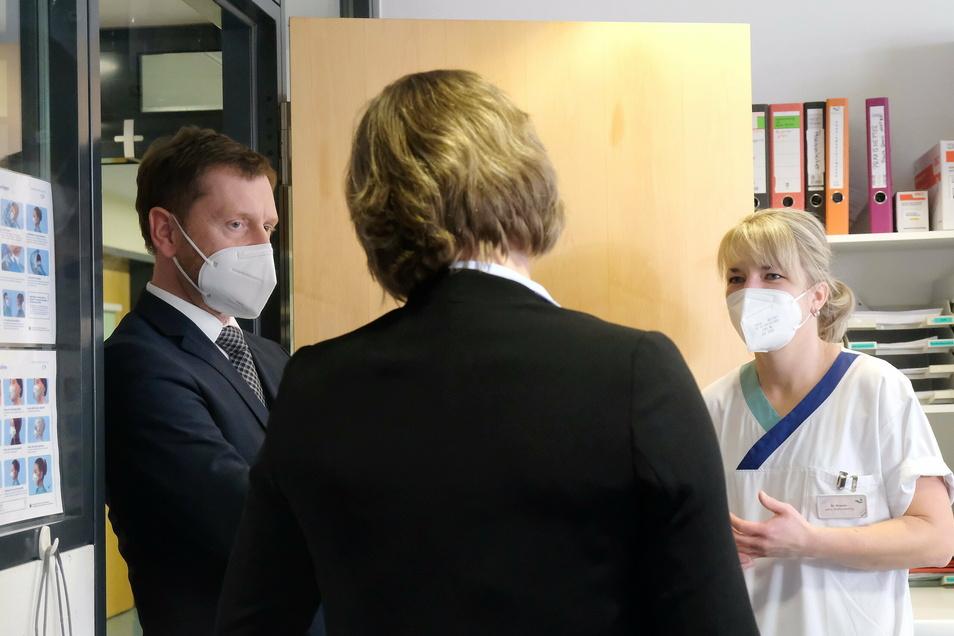 Beim Besuch der Stroke Uni im Elblandklinikum übergab Michael Kretschmer dem dortigen Personal den obligatorischen Stollen, denn schon mehrere sächsische Krankenhäuser in den vergangenen Wochen erhalten haben.