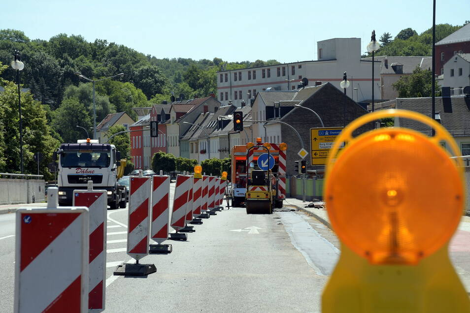 Im Sommer 2019 ist der Straßenbelag auf der Niederstadtbrücke in Waldheim schon einmal ausgebessert worden. Dieses Jahr wird der Asphalt auf der gesamten Breite erneuert.