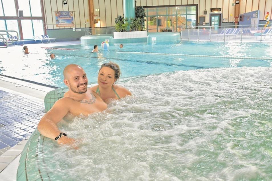Das Görlitzer Ehepaar Maria und Max Scholz genießt am frühen Sonnabendnachmittag das entspannte Bad im Whirlpool der Erlebniswelt in Krauschwitz.