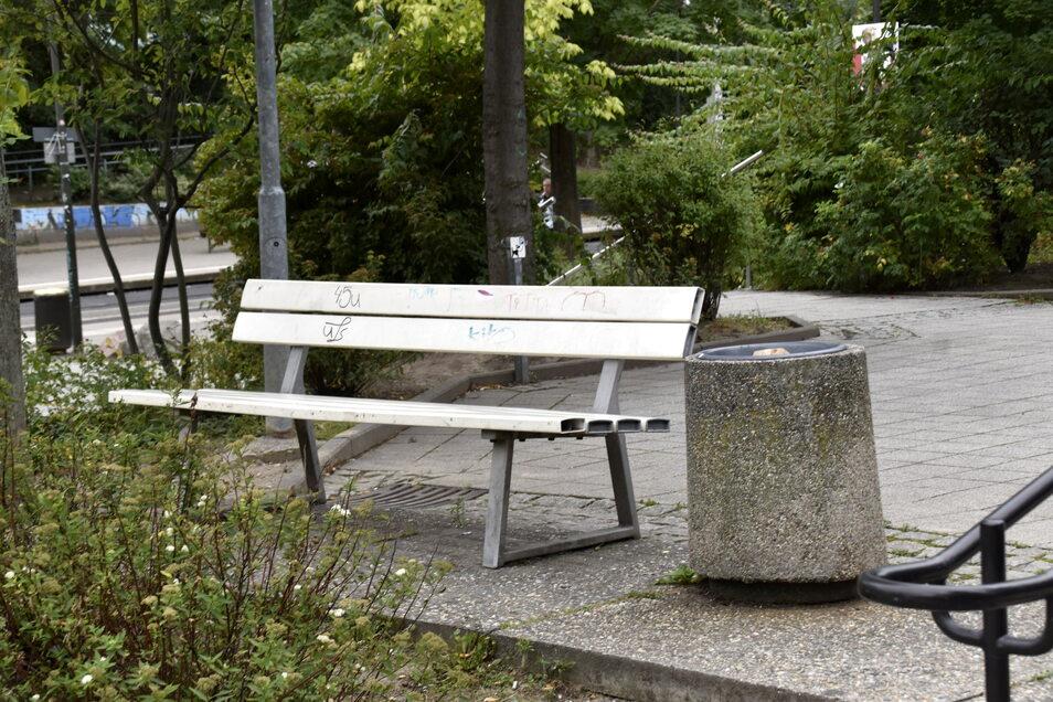 Nicht unbedingt schön, aber Teil der Geschichte: Am Merianplatz wurden bewusst eine Bank und ein Müllbehälter stehen gelassen, die zu DDR-Zeiten das Dresdner Stadtbild prägten.