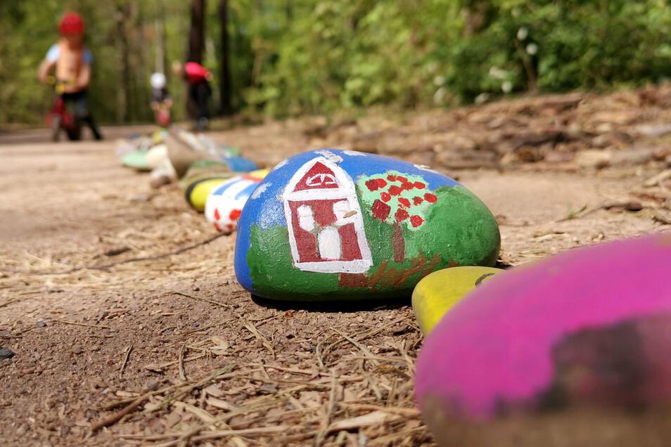 Die Steinschlange im Waldpark wuchs bis zum Frühsommer täglich an - bis die Stadt sie entfernen ließ.