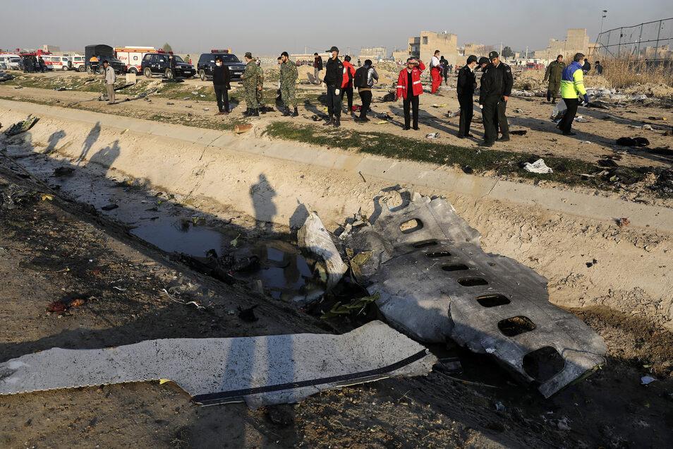Trümmerteile der ukrainischen Passagiermaschine liegen am Absturzort. Der Iran hat nun doch eingeräumt, für den Absturz verantwortlich zu sein.