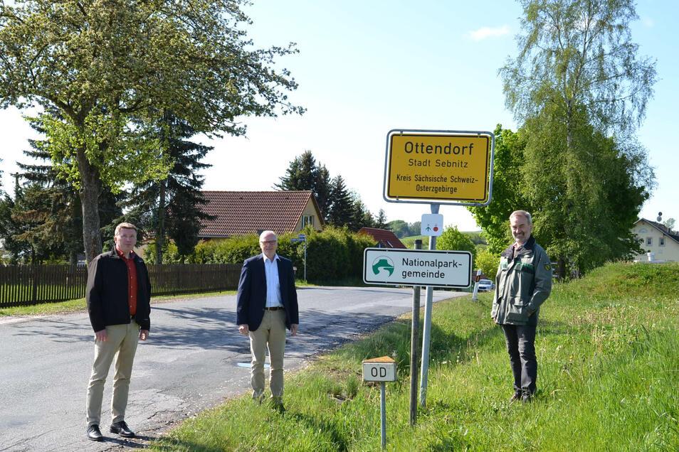 Einweihung mit Abstand: Ortsvorsteher Dominique Weidensdörfer, OB Mike Ruckh und Nationalparkchef Dietrich Butter.