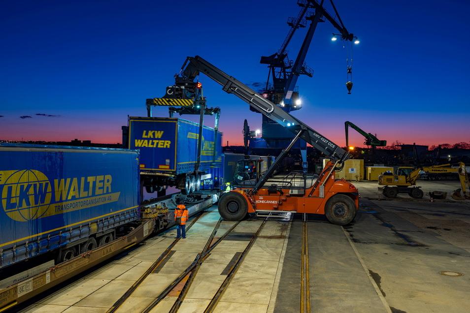 Täglich geht ein 640 Meter langer Zug vom Dresdner zum Rotocker Hafen auf die Reise: 19 Waggons mit je zwei Sattelaufliegern. Sie transportieren unter anderem Autoteile, Papierrollen, Holz und Altpapier. Das Be- und Entladen dauert etwa fünf Stunden, die