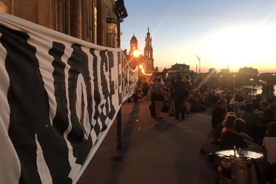 Etwa 150-200 Teilnehmer nahmen an der Aktion auf der Brühlschen Terrasse teil.