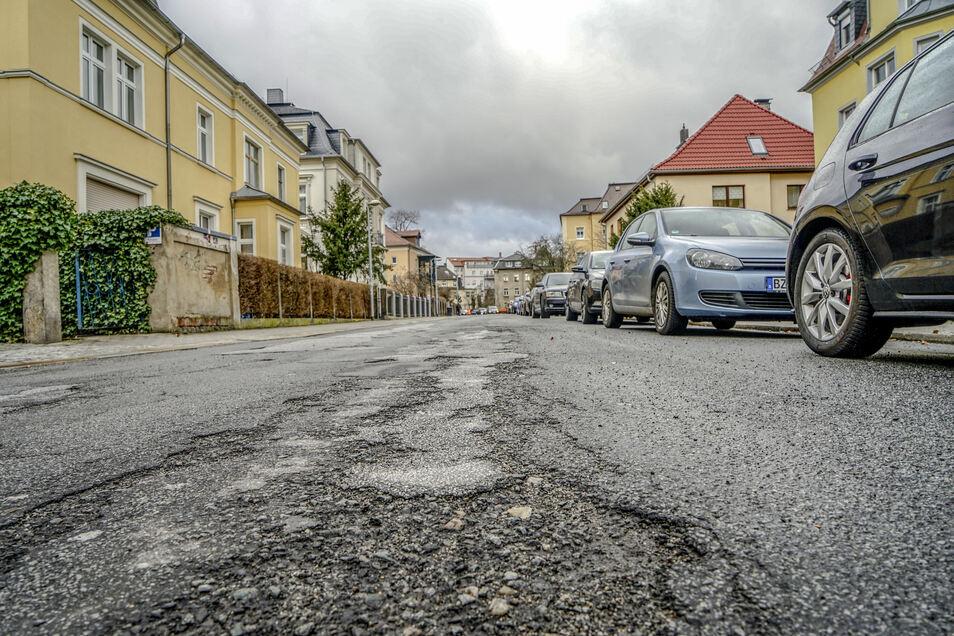 Alt und kaputt: Die Dr.-Ernst-Mucke-Straße in Bautzen befindet sich in einem schlechten Zustand. Bis Mitte des Jahres soll die Fahrbahn erneuert werden.