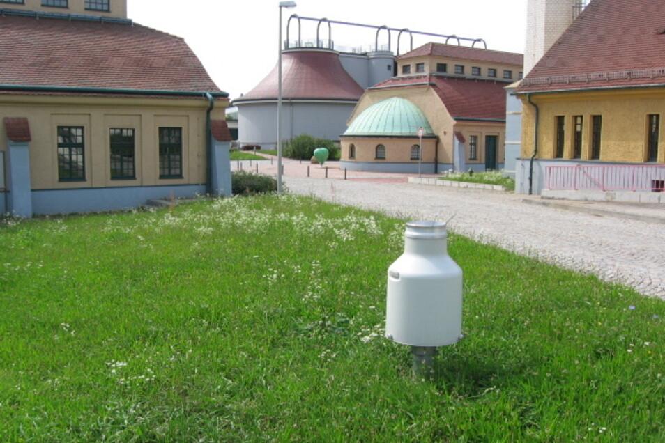 Im Vordergrund ist die Messstation zu sehen, die im Klärwerk Kaditz den Niederschlag misst. Ein Netz mit 19 sogenannten Regenschreibern hat die Stadtentwässerung Dresden.