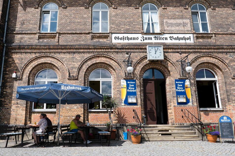 """Gasthaus """"Zum Alten Bahnhof"""" im Bahnhofsgebäude Hagenwerder."""
