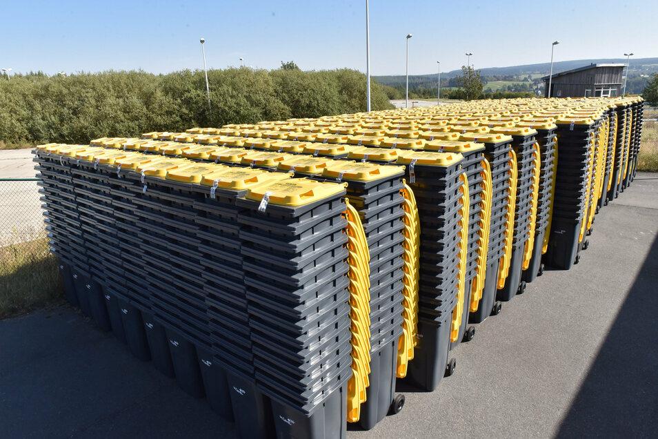 Am ehemaligen Grenzzollamt Altenberg stehen massenhaft Gelbe Tonnen, die von hier aus verteilt werden.