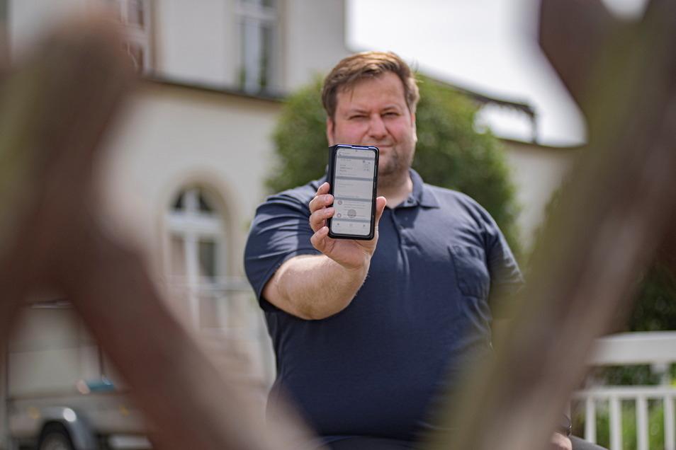 Seit zwei Wochen in Quarantäne: Den Kamenzer Alex Theile hat das Virus trotz zweifacher Impfung erwischt. Das Foto entstand aus sicherer Entfernung über den Gartenzaun.