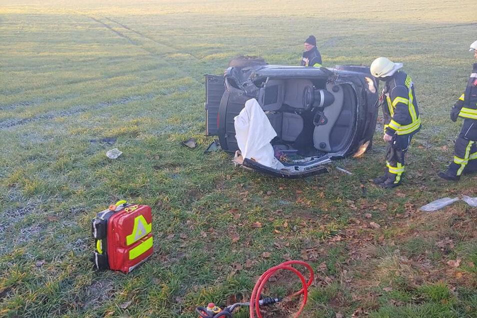 Die 70-jährige Fahrerin musste mit einem hydraulischen Rettungsgerät aus dem Auto entfernt werden.