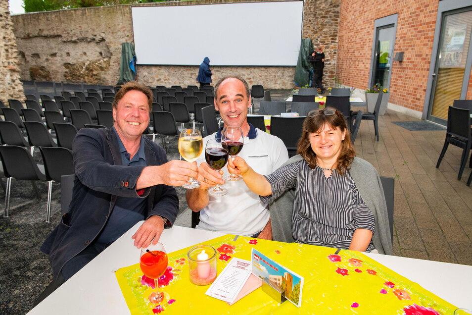 Silke und Daniel Erhardt sowie Norbert Sauer (v.r.) sind zum Diner vorm Kino in den Großenhainer Schlossgraben gekommen und machen sich einen schönen Abend.