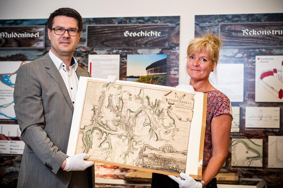 Fast 250 Jahre alt ist der Plan der Stadt Döbeln, den Oberbürgermeister Sven Liebhauser und Kathrin Fuchs vom Stadtmuseum in den Händen halten. Er gehört zu den Neuerwerbungen, mit denen das Museum jedes Jahr seine Sammlung ergänzt.
