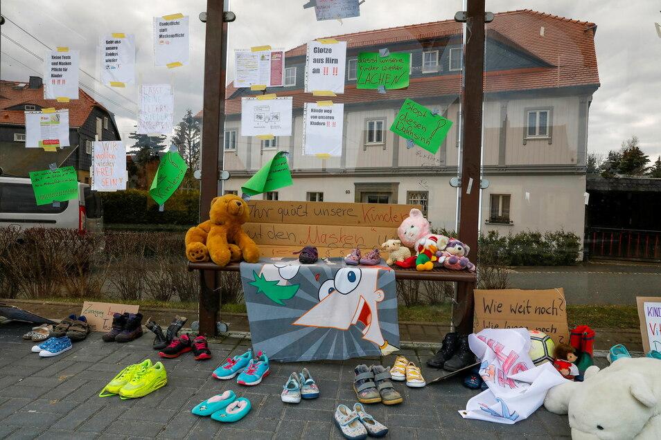 Die Kinderschuh-Protest-Aktion an einer Bushaltestelle in Eibau.