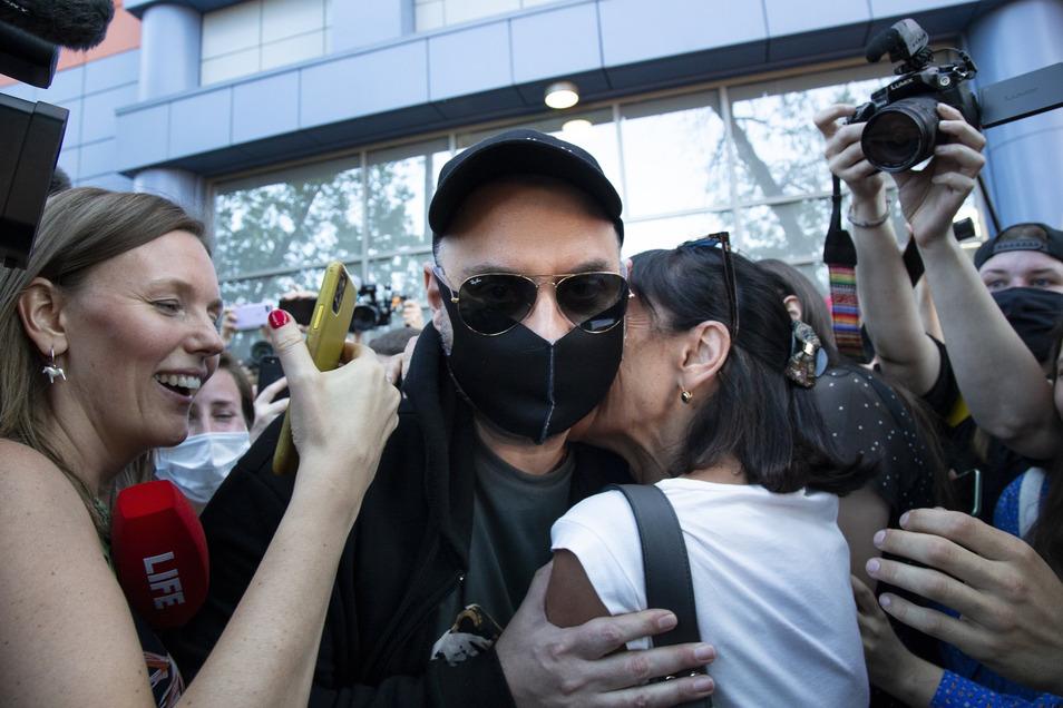 Vor dem Gerichtsgebäude in Moskau empfingen viele Schauspieler, Sänger und Kulturschaffende Serebrennikow mit Beifall.